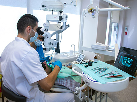 Ce specialitati stomatologice folosesc microscopul dentar